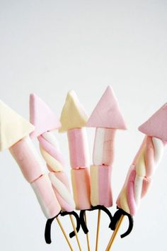 ( ^o^ ) Marshmallow rocket kebabs - yummy Bonfire Night treat Bonfire Night Party Ideas, Bonfire Night Wedding, Bonfire Night Treats, Outdoor Night Wedding, Bonfire Parties, Ideas Party, Guy Fawkes Night, Kids Cooking Party, Fireworks Craft