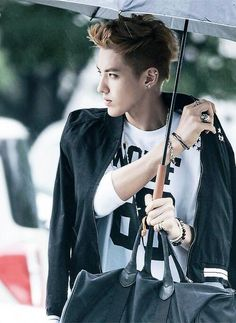 Super Model Wu Yifan, looks good in every situation, even if it's raining >.< #EXO #Kris
