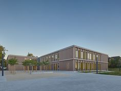Completed in 2018 in Darmstadt, Germany. Images by zooey braun FOTOGRAFIE. Walter Huber Architekten from Stuttgart enlarged the Ludwig-Schwamb- and Mühltalschule in Darmstadt by adding two staggered flat-roofed buildings. Childcare Rooms, Wood Arch, Science Park, Load Bearing Wall, Details Magazine, Ground Floor Plan, College Campus, Facade Design, School Architecture