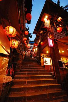 Jiufen now becomes a MUST-GO tourist spot in Taiwan for the foreigners, especially Japanese and Korean. Aesthetic Japan, City Aesthetic, Japanese Aesthetic, Japan Landscape, Fantasy Landscape, Amazing Photography, Street Photography, Asian Architecture, Japon Illustration