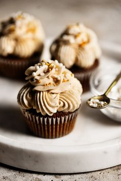 Baileys Mint Truffle, Cafe Au Lait Trifle and a Caramel Mocha Martini! This gingerbread cupcake recipe has all the fall spices of the season, but the real star of this ensemble is the brown butter frosting that pulls it all together. Dark Chocolate Cupcakes, Mocha Cupcakes, Butter Cupcakes, White Chocolate, Mini Desserts, Winter Desserts, Holiday Desserts, Cupcake Recipes, Cupcake Cakes