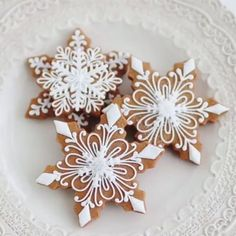 Cookie decorating tutorial 🎥 Snowflake cookies by . Would you decorate some snowflakes like these? 😍 Yesor No? Please comment 👇… Christmas Goodies, Christmas Desserts, Christmas Treats, Christmas Baking, Merry Christmas, Gingerbread Decorations, Christmas Gingerbread, Gingerbread Cookies, Christmas Decorations