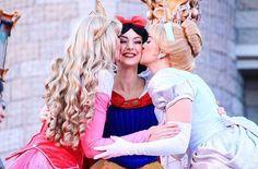 The Disney princesses showing their love Disney Dream, Disney Love, Disney Magic, Disney Fairies, All Disney Parks, Walt Disney World, Disney Cosplay, Disney Princesses, Pocket Princesses