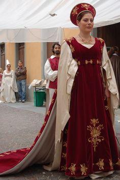 """Costume """"Imperatrice"""" eseguito per il Comitato Palio Moncalvo partecipante al Palio di Asti."""