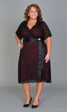 Doesn't she look a bit like Susan Sarandon? Gorgeous Real Curve Cutie Jennifer N. is looking red carpet ready in the Retro Glam Lace Dress. Plus Size Party Dresses, Dresses For Work, Love Couture, Big Girl Fashion, Women's Fashion, Popular Dresses, Looking For Women, Gorgeous Women, Plus Size Fashion