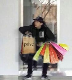 Shopping for merch in public. Park Chanyeol, Exo Chanyeol, Baekyeol, Chanbaek, Cute Funny Pics, Funny Pictures, Meme Faces, Funny Faces, Broke Meme