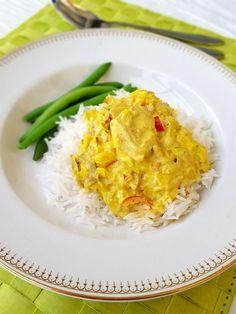 Tonfisk i en god currysås. Denna rätt är fantastisk. Inte bara för att den är så himla enkel att laga utan för alla goda smaker den bjuder på. Servera med pasta eller ris och en god sallad bredvid. Lättlagat och gottigottgott! RECEPT PÅ SALLADEN HITTAR DU HÄR! 4-6 portioner 2 burkar tonfisk i vatten 1 bit purjolök eller 1 vanlig lök 1 liten bit ingefära 2 vitlöksklyftor 1 röd paprika 2 tsk curry 1 tsk gurkmeja (kan uteslutas men det ger en vacker färg i maten) 1 hönsbuljongtärning 3 dl creme…