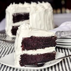 Black and White Cake - with kid approved, marshmallow frosting too! Black and White Cake is an all time kid favorite. An easy one-bowl chocolate cake covered in fluffy marshmallow frosting is sure to please kids of all ages. Chocolate Marshmallow Cake, Marshmallow Frosting, Dark Chocolate Cakes, Chocolate Chips, Marshmallow Creme, Chocolate Cake Frosting, Meringue Frosting, Decadent Chocolate, Cake Icing
