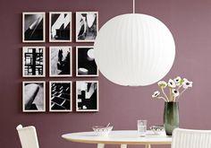 Diese Hängung schafft Klarheit an der Wand: Bei der Rasterhängung werden die Bilder streng geometrisch in einem Rechteck platziert. Dabei hängen die Rahmen...