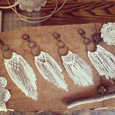 Little Bits of Boho >> Clip-on Macrame Fringe Adornment >> Purse/Bag/Basket/Keychain Deco - DIY und Selbermachen - Etsy Macrame, Macrame Art, Macrame Projects, Macrame Knots, Diy Macrame Earrings, Macrame Jewelry, Macrame Purse, Earrings Handmade, Market Baskets