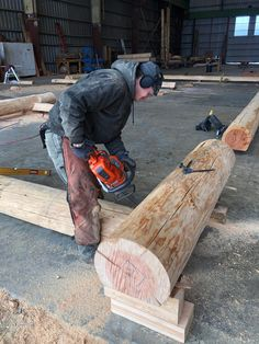 Because each log is meticulously chosen and individually crafted to match the adjacent logs, the process takes a couple of months.Once the last log is formatted the home is carefully labeled and dis-assembled for delivery. #loghomebuilder #loghomeconstruction #logcabin Log Cabin Kits, Log Cabin Homes, Log Home Builders, Log Projects, Log Home Floor Plans, Log Home Designs, Roof Structure, Timber House, Construction Process