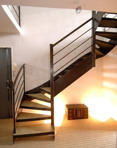 DT24 - Escalier en acier contemporain avec marches pour béton. 2/4 tournants - Escaliers Décors® - © Photo : Philippe CLUZEAU