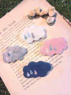 *お気に入り数500突破!有り難うございます!*羊毛フェルトで作った、雲のブローチです。色は全部で四種類。ご注文の際には二枚目に載せたナンバー、あるいは色名をお書き添えくださいませ。1 にゅうどうぐも(在庫数:1) 2 くもりぐも(在庫数:2)3 わたがしぐも(在庫数:2)4 よぞらのくも(在庫数:2)着用画像は くもりぐも と わたがしぐも です。バッグやアウターなどのアクセントに小さな雲...