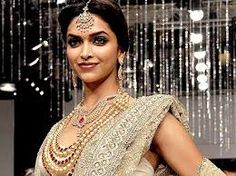 indian celebrities in traditional jewellery Diamond Necklace Set, Uncut Diamond, Affordable Jewelry, Indian Celebrities, Gold Jewelry, Jewellery, Bollywood Actress, Sari, Actresses