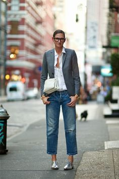 #JennaLyons casually throwing down a tres chic blazer/denim combo in NYC. #AnUnknownQuantity