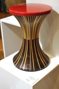 Tabouret Tamtam, re-visité contrastes d'un objet d'usage commun , à une pièce unique et complètement actualisé dans son décalage de matière., la paille lui conférant  un « noble » revêtement !