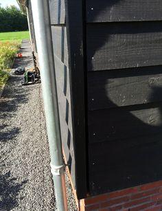 Zweeds rabat zwarte potdekselplanken op baksteen fundering met fraai hoekprofiel gemaakt van 68x68 mm geimpregneerde palen.  Gadero productnr: LDS5080-19-195