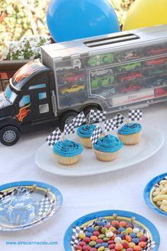 fiesta cumplaños infantil. fiesta cumple de niño de tres años. coches de carreras, cupcakes azules con banderas, camión con coches, globos.