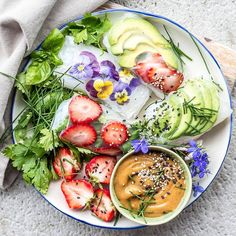 Delicious spring rolls with edible violets, strawberries and avo. @oatmeal_stories