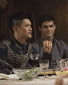 Look at his face tho ! Watching his boyfriend fully charm his mother he's soooo cute ! Shadowhunters Tv Show, Shadowhunters The Mortal Instruments, Shadowhunter Alec, Mathew Daddario, Magnus And Alec, Cutest Couple Ever, Alec Lightwood, Clace, Fictional World