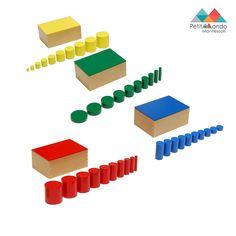 4 caixas em madeira. Cada uma com 10 cilindros de cor: vermelho, azul, amarelo e verde, que variam em altura, largura e espessura.   A criança pode também utilizar este material com os cartões de cilindros Knobless para download.