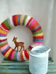 This knitted wreath is adorable! Maybe use a thrift store sweater & foam wreath form? CUTE!!