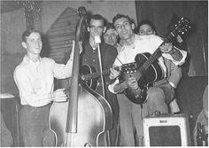 Ramsey Kearney (contrabajo) con Ed Cisco y Carl Perkins en el Knick Knack Café en Jackson, Tennessee, en 1949