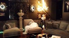 Mi espacio preferido de CASA DECOR  El mundo de Gray espejos esculturas piel pedestales sofás que invitan a ser visitados colores envolventes luz tenue infinidad de cojines olor a cedro/Tobacco y música heavy para ambientar.....era mi espacio perfecto. @gloriaduquedecoradora.blogspot.com  #inspiration #details #homedecor #instablogger #instafashion #instafashion  #detallesdecoracion #estatuas  #homestyle #homedesigner #luxuryhome #luxurylifestyle #glamour #chic #interiorismo #interiordesign…