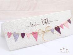 Wunderschöne, handgemachte Grusskarte zum Muttertag aus handgeschöpftem Papier aus eigener Herstellung. Wählen Sie aus vielen Farben, Titeln und weiteren Extra's und konfigurieren Sie so eine einzigartige und liebevoll gestaltete Muttertagskarte. #muttertagskarte #grusskarte #muttertag #liebendank #dankeskarte #herzen #wimpelkette #wimpel #handmade #lilimo #handgeschöpft #rosa #lila #purple Creative Cards, Tableware, Etsy, Lilac, Paper, Nice Map, Place Cards, Invitations, Handmade