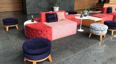 Conoce un increíble lobby en ciudad de México. Sofá lounge. Puff. Cojines. Mesa auxiliar. Tapete. Accesorios decorativos. Encuentra dónde comprar este diseño y Producto en Colombia.