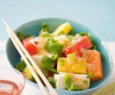 Melounový salát se sýrem feta a sezamovými semínky | Recepty Albert Celery, Cantaloupe, Vegetables, Fruit, Food, Essen, Vegetable Recipes, Meals, Yemek