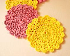Que tal saber como criar lindos porta copos a partir do crochê? Esta é a ideia que trazemos para você. Confira!