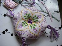 Biscornu fleuri couleur lavande - grille dans dossier grilles