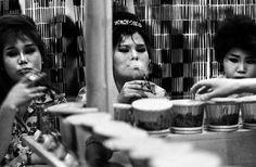 William Klein - Tokyo, Japon, 1961. Transvestites' bar?
