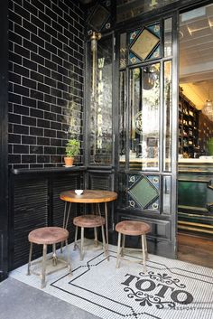 The interior of Toto, done by Lázaro Rosa Violán, is beautiful. The designer is well-known in Barcelona. Cafe Bistro, Cafe Bar, Cafe Restaurant, Restaurant Design, Pub Design, Grand Homes, Top Interior Designers, Restaurants, Contemporary Interior Design