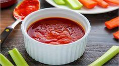 Como fazer molho de pimenta caseiro. Como condimento ou para apimentar a refeição, a pimenta é um ingrediente usado em muitas receitas. O molho de pimenta é ótimo para acompanhar aperitivos ou para dar gosto à sua comida. Mais leve ou ma...