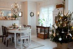 Starý dom zariadený v štýle severskej vidieckej romantiky Table Settings, Table Decorations, Furniture, Home Decor, Decoration Home, Room Decor, Place Settings, Home Furnishings, Home Interior Design