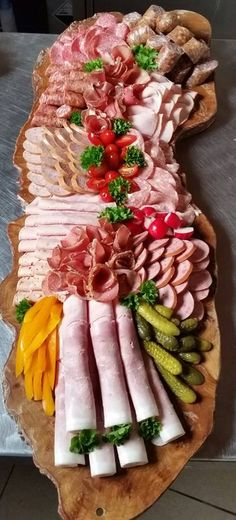 Garde manger at its best Meat And Cheese Tray, Charcuterie And Cheese Board, Meat Platter, Food Platters, Meat Trays, Party Finger Foods, Snacks Für Party, Yummy Snacks, Yummy Food