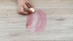 I fagottini di pasta brisée ripieni di prosciutto e provola sono degli ottimi antipasti rustici davvero deliziosi, facili da preparare e adatti anche per i più piccoli. Ecco come si preparano