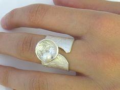 Deze open band zilveren ring met een afgedrukt blad heeft een unieke en intrigerende kijken naar het. Op de bovenkant van de ring, hebben we toegevoegd een bloem schelp met een parel. Deze ring heeft een satijnen afwerking.  Beschikbaar in elk formaat van 5.5 tot en met 9 Deze ring kan worden besteld in goud (please convo ons voor een offerte).  Maten: Breedte - 17mm Dikte-1.5 mm   Onze werkmethoden: ~~~~~~~~~~~~~~~~~~~~~~~~~~~~~ Onze werkzaamheden behelzen wax, mallen en verschillende…
