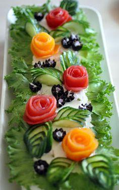 Salad Design, Food Design, Kreative Snacks, Salad Cake, Vegetarian Recipes, Cooking Recipes, Cooking Tips, Fruit And Vegetable Carving, Food Carving