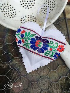 Svadobné srdiečko {Folk-Veselica} Srdiečko je vyrobené z bavlnenej látky je lepené, plnené dutým vláknom. Je dozdobené pestrofarebnou stuhou. Vonia za levanduľou. Vhodné ako darček pre hostí alebo ako menovka. Možnosť za príplatok pripevniť na srdiečko kartičku s menami, dátumom svadby alebo menovku. cca 10 cm 1€