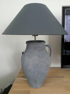 Kruik bewerkt met muurvuller en verf van action, lampenkap gekocht bij kringloop en geverfd met home deco van de action.