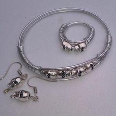 pulsera de aluminio plateado con calaveras en zamak