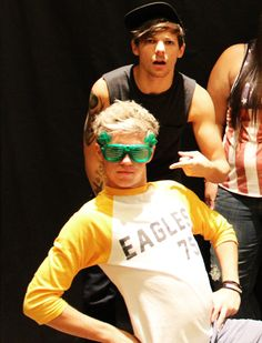 I don't know whether to stare at Niall's adorable Irish-ness or at Louis' biceps. Tough decisions