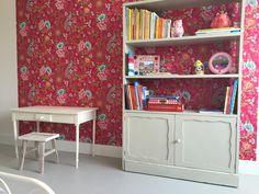 Slaapkamer meisje.  Behang; PIP studio 2 kinderbehang gekocht bij Verf en Wand Jac Waas. Oude (boeken)kast geschilderd, oud kleuterbureautje geschilderd en white wash krukje gekocht bij Loods 5. Vloer; Marmoleum Fresco Silver Shadow.