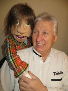 Didibel, das ist Dietmar Belda, der sein Hobby vor 35 Jahren zum Beruf gemacht hat und als Bauchredner und Zauberer seitdem das Publikum in seinen Bann zieht. Didibel lässt aus den ungewöhnlichsten Gegenständen Gesprächspartner entstehen  und setzt damit neue Maßstäbe in der  auchrednerkunst.