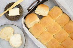 Varme hveder   Opskrift på hvedeknopper til bededag – Madformadelskere Griddle Pan, Hot Dog Buns