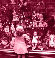"""Pequena sinopse do conto """"Os meninos da Madalena"""" E Madalena?  Será que se esqueceu dos seus brinquedos que tanto a acompanharam durante a sua infância?   Será que os habitantes da colónia dos Muito-Entristecidos-e-Abandonados serão algum dia novamente felizes? http://reminiscenciasdotempo.blogspot.pt/p/os-meninos-da-madalena.html"""