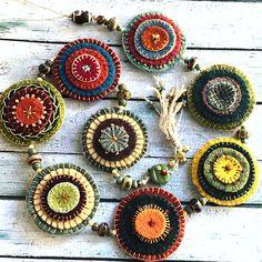 Thread mandala wool penny door hanging Felted Wool Crafts, Felt Crafts, Textiles, Felt Pincushions, Penny Rug Patterns, Wool Quilts, Crochet Diy, Felt Embroidery, Felt Brooch